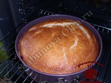 Пирог со сливами, запекаем