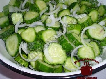 Сырой салат из огурцов, перемешиваем