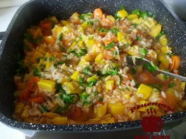 Кабачки тушеные с рисом, добавляем зелень