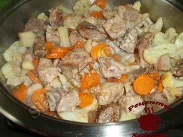 Мясо с цветной капустой, добавляем овощи