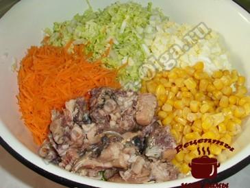 Салат с пекинской капустой, измельчаем ингредиенты