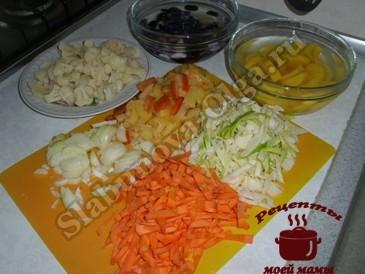 Курица в духовке с овощами, режем овожи