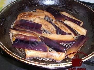 Рулетики из свинины, обжариваем баклажаны