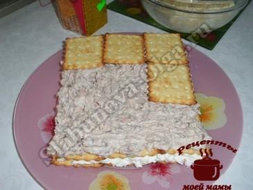 Салат с рыбными консервами, крекеры