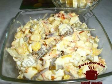 Салат с морской капустой и яйцом готов