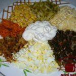 Салат с морской капустой,измельчаем ингредиенты