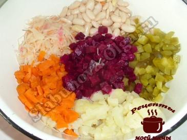 Винегрет с фасолью, режем овощи