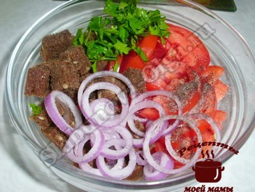 Хлебный салат с помидорами