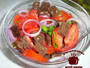 Салат с помидорами, луком и хлебом