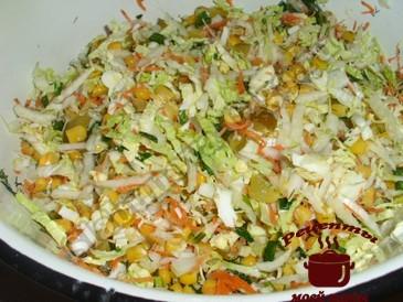 Салат с пекинской капустой, перемешиваем