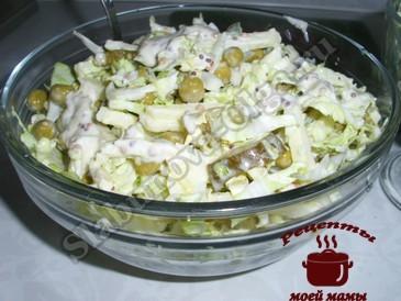 Салат с пекинской капустой с яблоком готов
