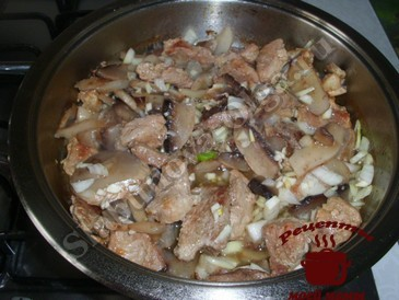 Свинина с грибами, добавляем грибы