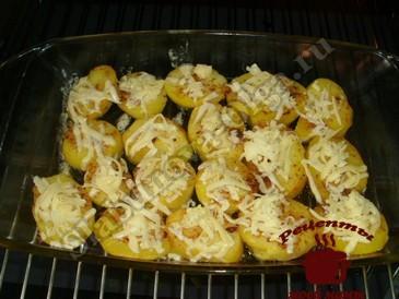 Картофель запеченный в духовке, добавляем сыр