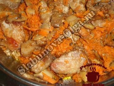 Мясо с грибами и морковью
