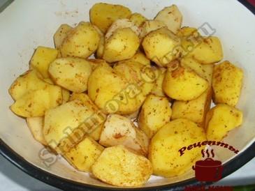 Картофель запеченный, добавляем приправы
