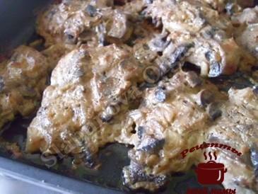 Отбивные из свинины в сливочно-грибном соусе