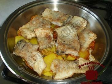 Рыба под соусом, выкладываем слоями