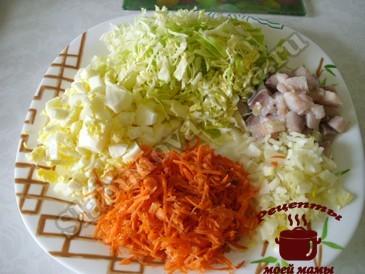 Салат из капусты, режем ингредиенты