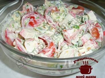 Салат с крабовыми палочками готов