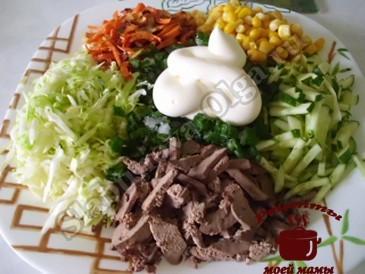 Салат с печенью, режем ингредиенты