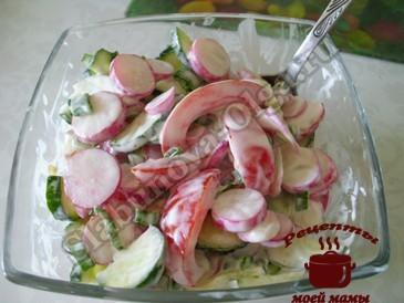 Салат с редиской, огурцами