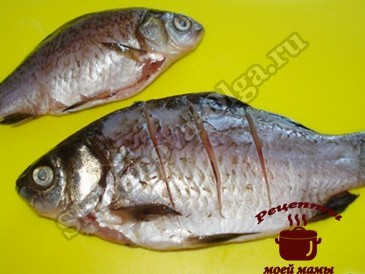 Караси в сметане, чистим рыбу