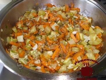 Куриные желудки, жарим овощи