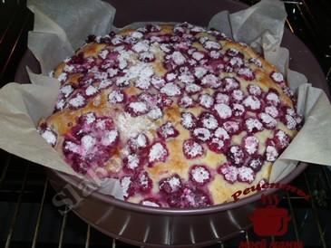 Пирог с малиной, запекаем