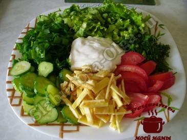 Салат из зеленого салата готов