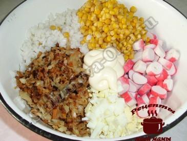Салат с крабовыми палочками, режем