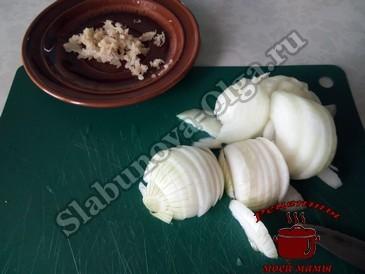 Говяжья печень, режем лук