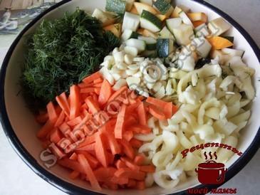 Маринованные кабачки, режем овощи