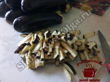 Баклажаны на зиму, режем овощи