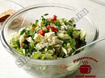 Салат из капусты, перемешиваем